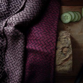 Brick kjøkkenhåndkle plumme Design Lina Johansson