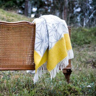Tindra ullpledd gul Design Lina Johansson