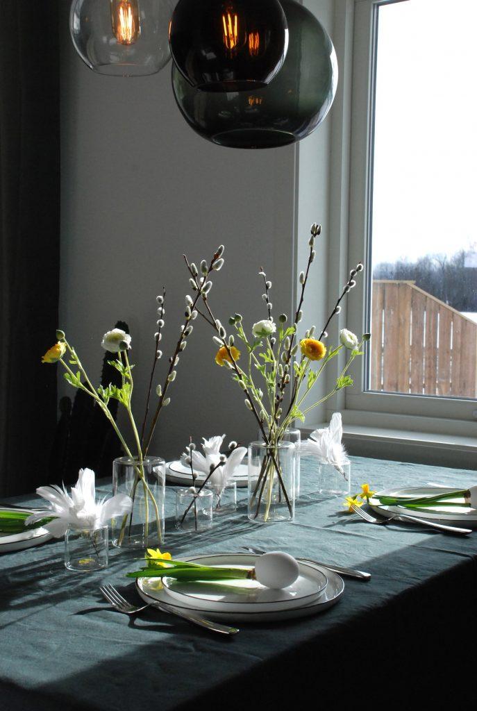 Påskebord ranunkler påskeliljer