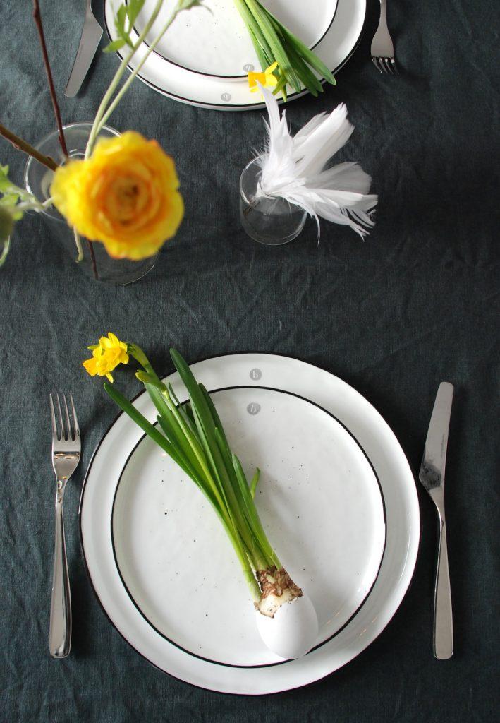 Påskebord påskeliljer