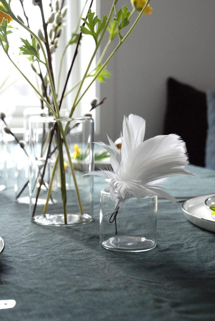 Påskebord fjær vaser