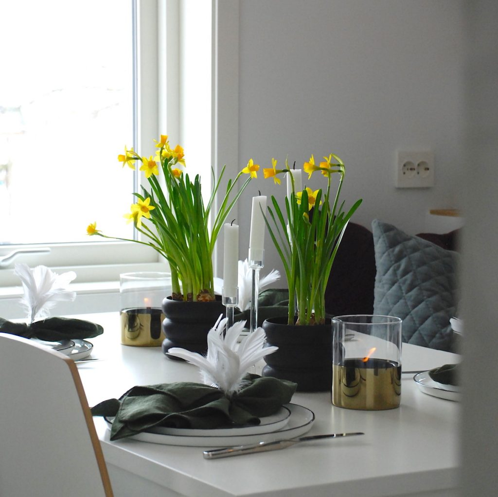 Påskebord påskeliljer fjær