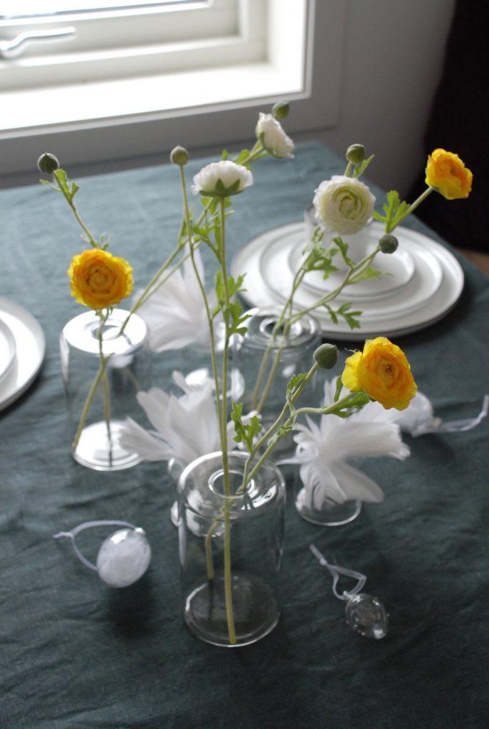 Påskebord påskeliljer ranunkler